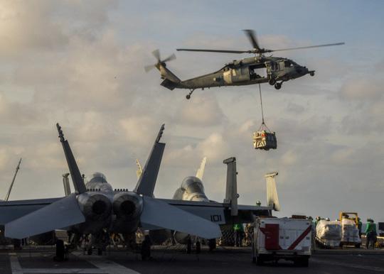 Hình ảnh mới nhất trên Biển Đông của tàu sân bay Mỹ sắp đến Việt Nam - 15
