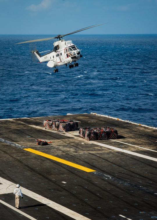 Hình ảnh mới nhất trên Biển Đông của tàu sân bay Mỹ sắp đến Việt Nam - 17