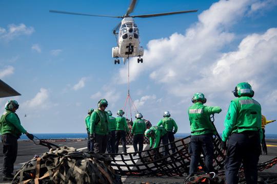 Hình ảnh mới nhất trên Biển Đông của tàu sân bay Mỹ sắp đến Việt Nam - 18