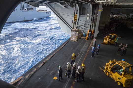 Hình ảnh mới nhất trên Biển Đông của tàu sân bay Mỹ sắp đến Việt Nam - 19