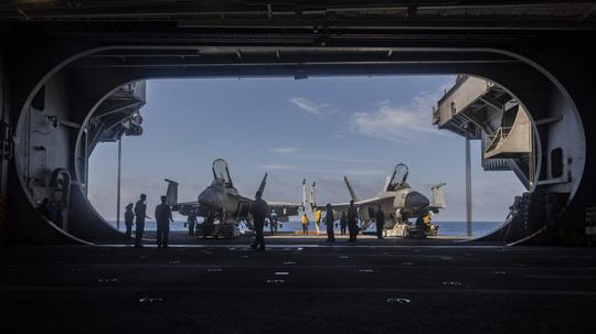 Hình ảnh mới nhất trên Biển Đông của tàu sân bay Mỹ sắp đến Việt Nam - 22