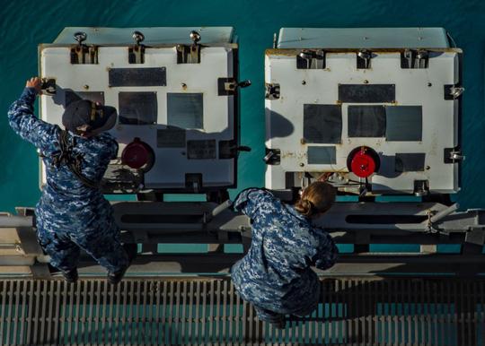 Hình ảnh mới nhất trên Biển Đông của tàu sân bay Mỹ sắp đến Việt Nam - 23