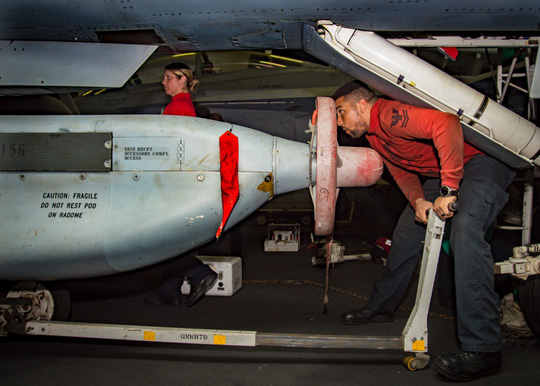 Hình ảnh mới nhất trên Biển Đông của tàu sân bay Mỹ sắp đến Việt Nam - 25