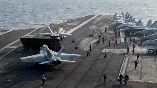 Hình ảnh mới nhất trên Biển Đông của tàu sân bay Mỹ sắp đến Việt Nam - 6
