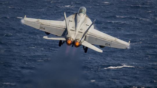 Hình ảnh mới nhất trên Biển Đông của tàu sân bay Mỹ sắp đến Việt Nam - 7