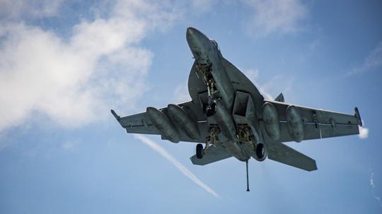 Hình ảnh mới nhất trên Biển Đông của tàu sân bay Mỹ sắp đến Việt Nam - 9