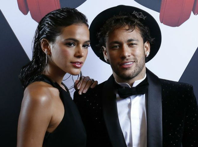 """Neymar được siêu mẫu """"thưởng nóng"""" trước khi lên bàn mổ - 2"""