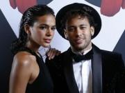 """Neymar được siêu mẫu  """" thưởng nóng """"  trước khi lên bàn mổ"""