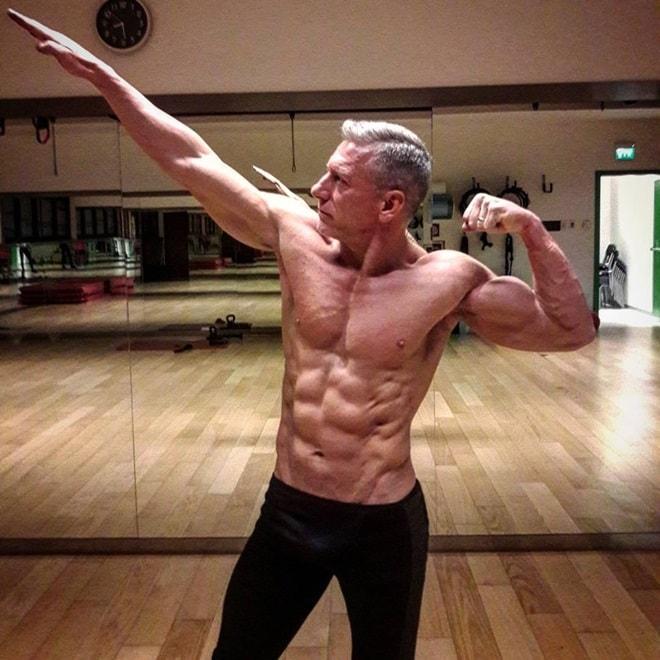 Nỗ lực sở hữu thân hình cơ bắp không thua lực sĩ của ông bố 50 tuổi - 6