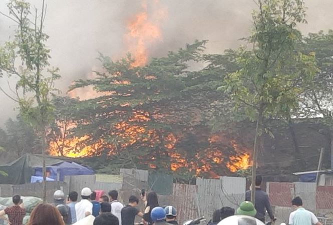 Cháy lớn tại khu nhà xưởng, hàng quán trong làng Triều Khúc - 1