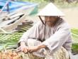 Võ sĩ Mike Tyson đội nón lá, mặc áo bà ba bán trái cây ở chợ nổi miền Tây