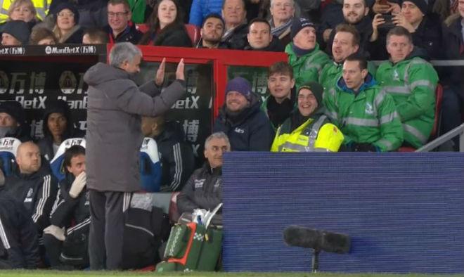 MU - Mourinho đá chai nước, nguy cơ lỡ đại chiến Liverpool: Fan bênh vực - 7