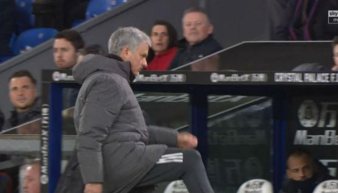 MU - Mourinho đá chai nước, nguy cơ lỡ đại chiến Liverpool: Fan bênh vực - 3