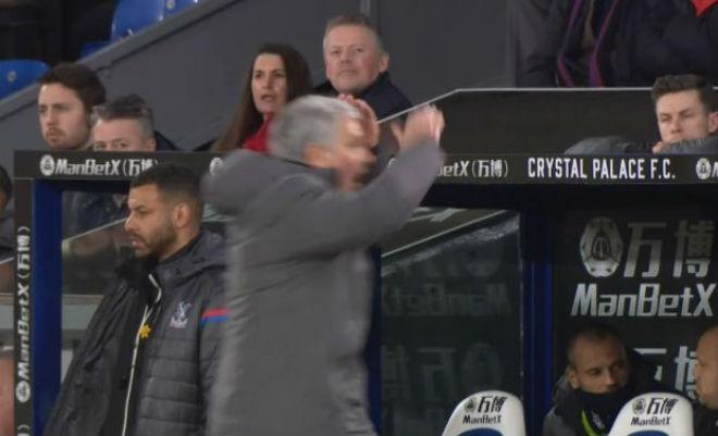 MU - Mourinho đá chai nước, nguy cơ lỡ đại chiến Liverpool: Fan bênh vực - 4