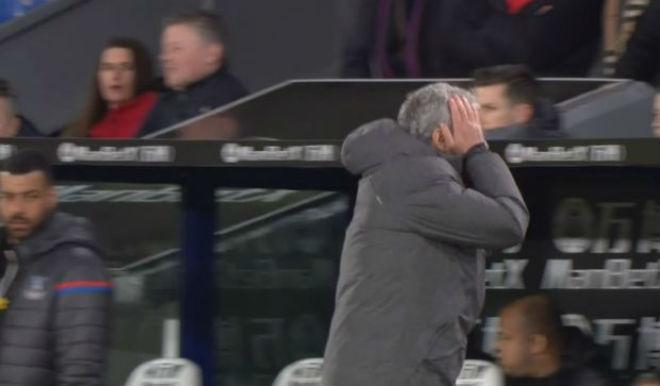 MU - Mourinho đá chai nước, nguy cơ lỡ đại chiến Liverpool: Fan bênh vực - 6
