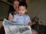 Kinh ngạc clip bé 3 tuổi đọc báo, hát karaoke như người lớn