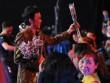 Trấn Thành, Hoài Linh tặng hoa cho vợ và khán giả nữ ở phim trường