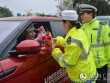 Cảnh sát Trung Quốc chặn xe 50 cô gái để làm điều bất ngờ