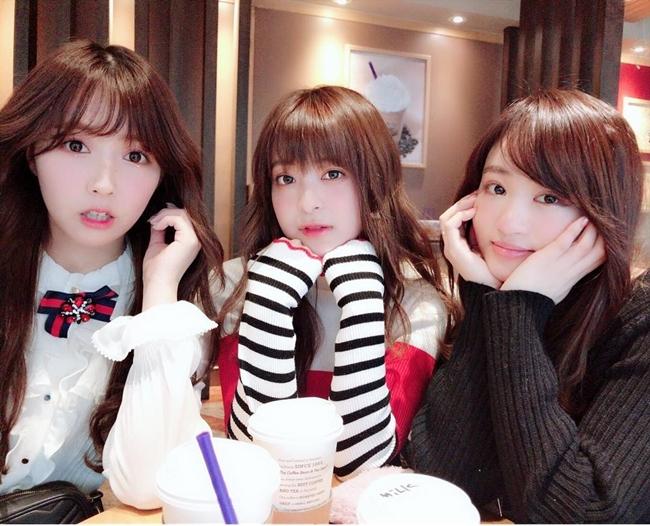 Tháng 2 vừa qua, nhóm nhạc Honey Popcorn gồm ba thành viên nữ đều là diễn viên phim 18+ Nhật Bản được thành lập để tấn công thị trường âm nhạc Hàn. Theo thông tin trên poster, nhóm sẽ tổ chức một buổi họp fan vào ngày 14.3 tại hội trường Yes24 Live Hall (Seoul). Tuy nhiên, mới đây nhóm đã thông báo hủy show debut trên tài khoản cá nhân.  Thông tin này lập tức nhận được sự quan tâm lớn của khán giả và giới truyền thông. Nhiều ý kiến cho rằng, có thể lý do khiến nhóm huỷ buổi showcase quan trọng vì hai tấm hình khoe thân gây tranh cãi của thành viên Mikami mới đăng tải lên mạng xã hội.