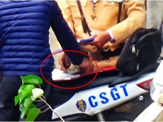"""CSGT Hà Nội tạm đình chỉ cán bộ, xác minh clip """"mãi lộ"""""""