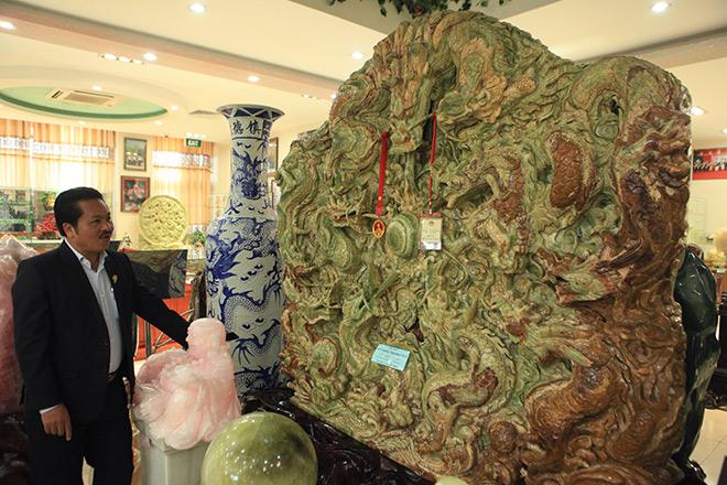 Chiêm ngưỡng bức tranh 9 rồng bằng ngọc nguyên khối lớn nhất châu Á - 1