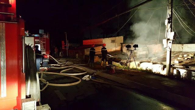 Vụ cháy 5 người chết ở Đà Lạt: Camera ghi hình ông hàng xóm cầm can xăng - 1