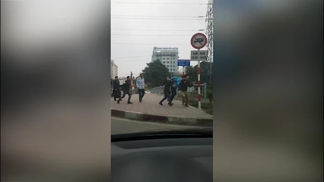 Nhân viên xe buýt cầm gạch xô xát, đánh tài xế xe tải tới tấp