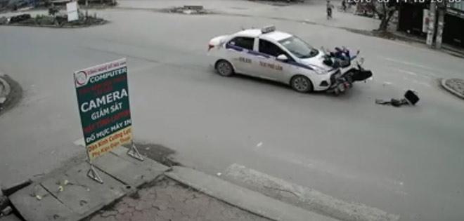 Clip: Kinh hoàng taxi húc bay hai mẹ con đi xe máy lên nóc capo - 1