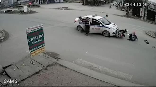 Clip: Kinh hoàng taxi húc bay hai mẹ con đi xe máy lên nóc capo