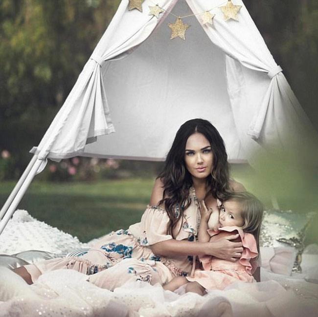 Nhiều người cho rằng người mẫu khi mang thai thường sớm cai sữa cho con vì công việc.