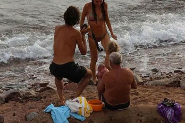 Hi hữu: Đang đi bơi, thai phụ bất ngờ đẻ rơi trên biển Đỏ - 6