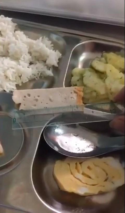 Thái Bình: Phụ huynh bức xúc vì bữa trưa tại trường của con quá đạm bạc - 2