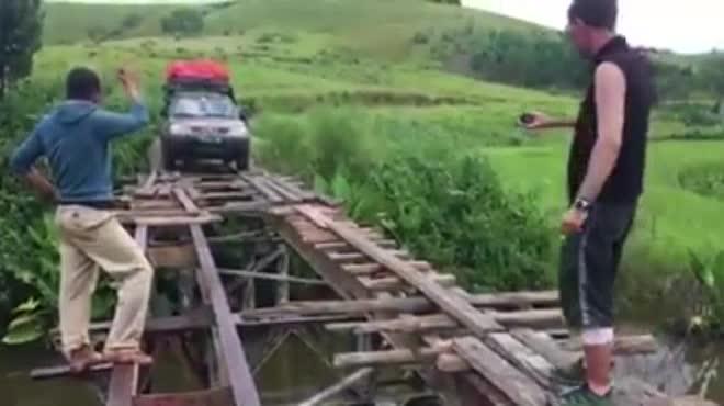 Thót tim xem tài xế băng qua cây cầu gỗ mong manh