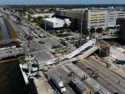 Mỹ: Cầu vượt 950 tấn đổ sụp đè nát 8 ô tô, 10 người tử vong