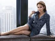 Jennifer Lopez từng bị đạo diễn ép cởi áo khoe ngực
