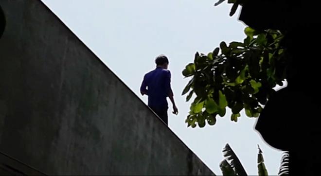 Video: Vây bắt kẻ ngáo đá nhảy cầu, leo lên nhà dân cố thủ - 2