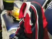 Tai nạn khó tin: Khốn khổ vì mắc kẹt mí mắt vào khóa áo