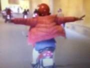 Clip: Người phụ nữ dang 2 tay như chim khi lái xe qua hầm chui