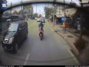Video hiếm: Người đi xe máy mải điện thoại đập mặt vào ô tô