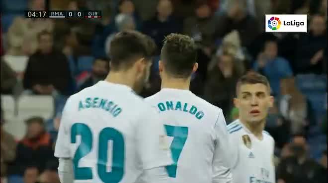 Ronaldo lập poker, ghi nhiều bàn hơn MU: Zidane ca ngợi đến từ dải ngân hà khác