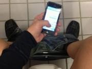 Chàng trai bị bại liệt vì nghịch điện thoại quá lâu khi đi vệ sinh