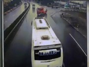 Clip: Kinh hoàng giây phút xe cứu hỏa đấu đầu xe khách trên cao tốc