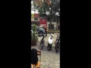 """"""" Anh hùng """"  đầu trọc say rượu, lấy thân mình chặn ô tô trên phố Hà Nội"""