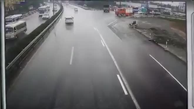 Nghẹt thở giây phút đưa người đi cấp cứu bỗng gặp xe cứu hỏa bị xe khách húc bay