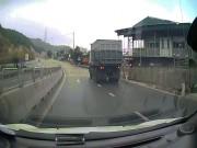 Em bé Việt Nam bò ngang đường cao tốc lên báo Anh