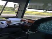 Tài xế xe khách  dán  mắt ghi chép sổ sách, phóng như bay trên đường