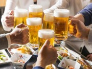 Học người Nhật cách uống rượu bia không lo viêm đại tràng