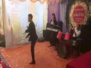 Chú rể múa côn điệu nghệ khiến quan khách trố mắt