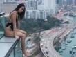 Mặc áo tắm ngồi vắt vẻo trên nóc tòa nhà 33 tầng, gái xinh bị chỉ trích
