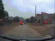 Xe khách phóng nhanh lấn làn rồi bỏ chạy, người đi xe máy ngã sấp mặt